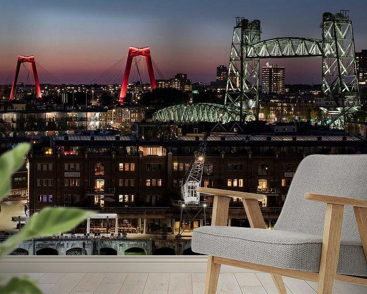 Sfeerimpressie behang: Stadsbruggen van Rotterdam in de avond van Edwin Muller