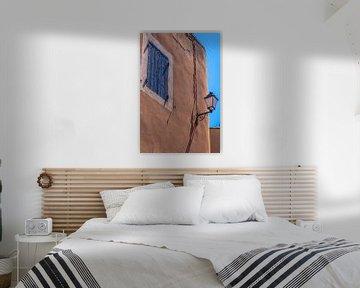 Huis met blauw raam in Roussillon, Provence, Frankrijk van Christian Müringer