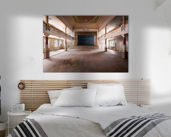 Sfeerimpressie: Verlaten Balzaal in Verval. van Roman Robroek