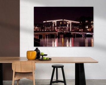 Amsterdamer Stadtbild an der Amstel mit der Skinny Bridge bei Sonnenuntergang in den Niederlanden von Nisangha Masselink