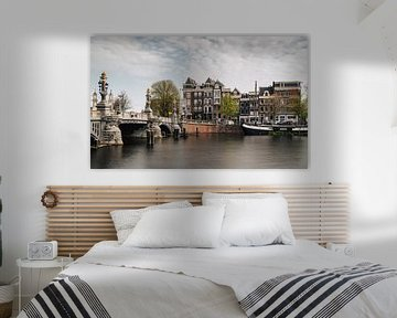 Blaue Brücke über die Amstel, Amsterdam. von Lorena Cirstea
