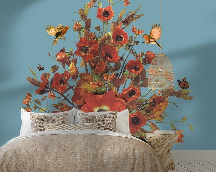 Sfeerimpressie behang: Portret met bloemen, hommels, roodborstjes en een vlinder (blauwe achtergrond) van toon joosen