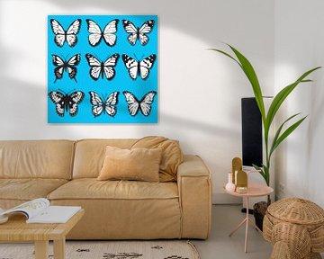 Schmetterlinge schwarz-weiß auf blauem Hintergrund