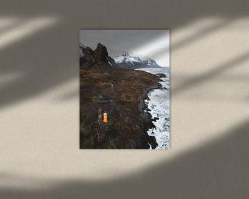 Orangefarbener Leuchtturm und an der Küste Islands am Berg und Felsen Eystrahorn von Michiel Dros