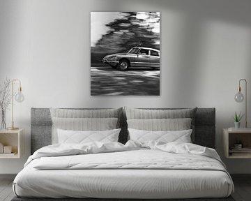 Foto van een rijdende Citroen DS in zwart wit. van Therese Brals