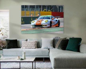 Ein Porsche 911 RSR GTE Rennwagen fährt in Spa Francorchamps. von Sjoerd van der Wal