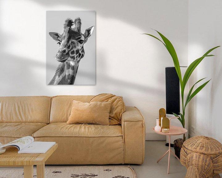 Sfeerimpressie: Portret van een  Giraffe in zwart wit van Marjolein van Middelkoop
