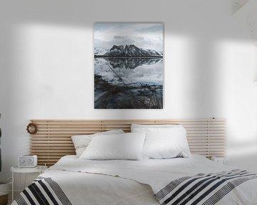Berg met reflectie in een meer op de voorgrond in Ijsland