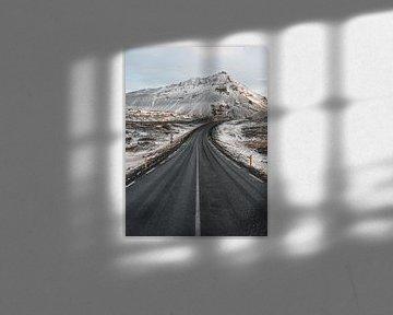 Ijslandse ringweg langs de Arnarstapi op het Snaefellsnes schiereiland bij zonsopkomst en sneeuw