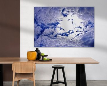 Blauwe wolkenlucht voor de zon van Breezy Photography and Design