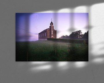 Zonsopkomst bij de Nederlandse hervormde vluchtheuvelkerk in Homoet van Mirac Karacam
