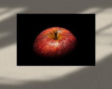 Rode appel tegen een zwarte achtergrond van Steffen Peters