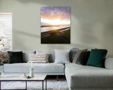 Dijkhuisje in Friesland met een prachtige zonsondergang van Ewold Kooistra