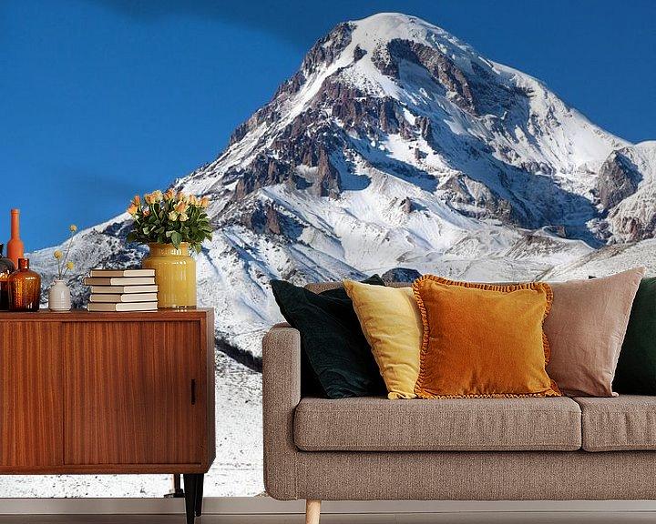 Sfeerimpressie behang: Kazbeg berg van Juul van Wandelen
