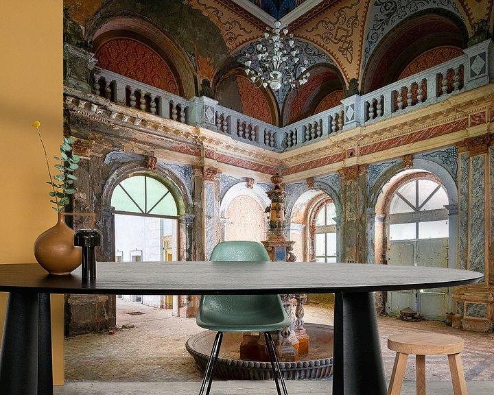 Sfeerimpressie behang: Verlaten Fontein in Verval. van Roman Robroek
