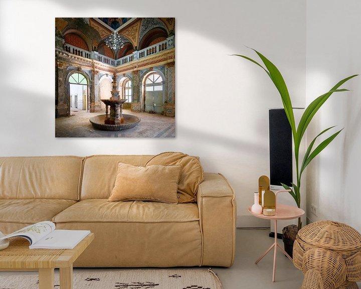 Sfeerimpressie: Verlaten Fontein in Verval. van Roman Robroek