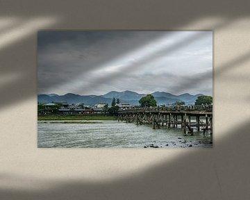 Rivier met brug in Kyoto van Mickéle Godderis