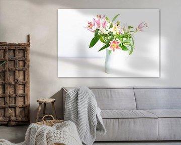 Vase mit rosa Lilien von Anouschka Hendriks