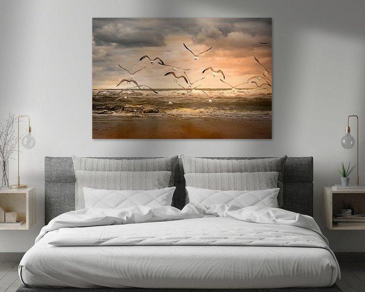 Sfeerimpressie: vliegende zeemeeuwen over het strand van Marinus Engbers