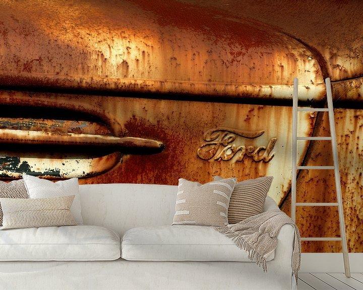 Sfeerimpressie behang: Detail van roestige oude Ford van Alice Berkien-van Mil
