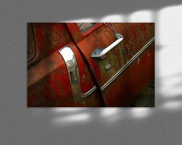 Detail van roestige oude rode auto van Alice Berkien-van Mil