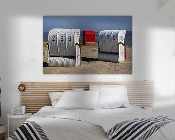 Weisse und roten Strandkörbe am Wattenmeer! Roten und  weisse Liegenstuehle am Wattenmeer!  von Alice Berkien-van Mil