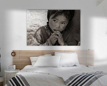 Zanskar-Mädchen lehnt sich sicher an die Hüfte ihrer Mutter von Affect Fotografie