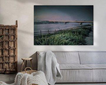 Nijmeegse Waalbrug vroeg in de ochtendmist gezien vanaf de Lentse kant. van Rianne Groenveld