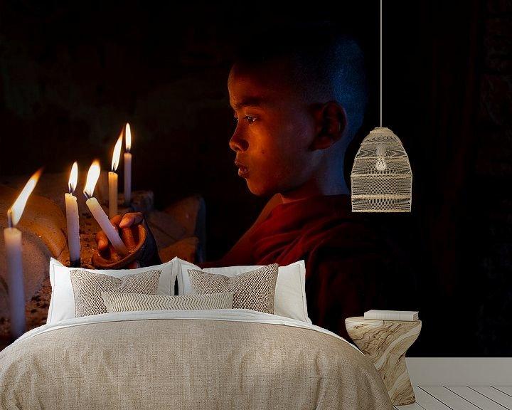 Sfeerimpressie behang: Kaarsje aansteken van Antwan Janssen