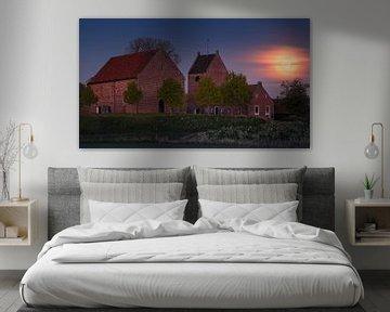 Vollmond-Sonnenuntergang in Ezinge, Groningen, Niederlande