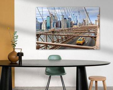 Yellow cab on Brooklyn Bridge van Natascha Velzel