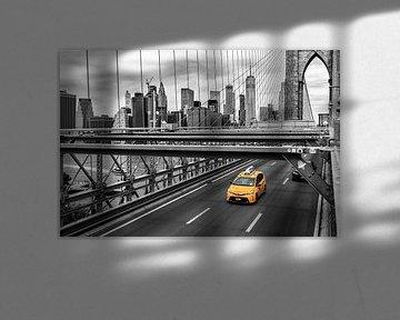 Gelbes Taxi auf der Brooklyn Bridge schwarz-weiß von Natascha Velzel