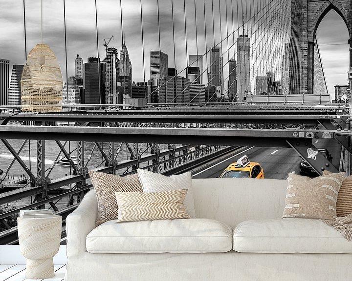 Sfeerimpressie behang: Yellow cab op de Brooklyn Bridge (zwart/wit) van Natascha Velzel