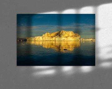 IJsberg in middernachtzon van Chris Stenger
