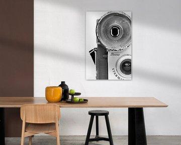 Foto eines Ausschnitts einer Retro-Kamera in Schwarzweiß. von Therese Brals