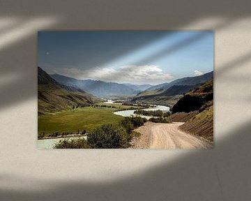 rivier kronkelt door de vallei van Julian Buijzen