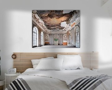 Verlassener Ballsaal mit Malerei. von Roman Robroek