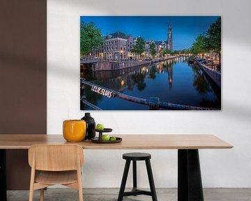 Blick von der Lelie Sluis auf die Westerkerk von Thea.Photo