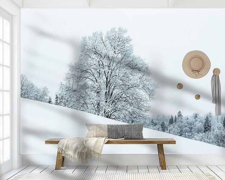 Sfeerimpressie behang: Besneeuwde boom op een helling van Frank Herrmann