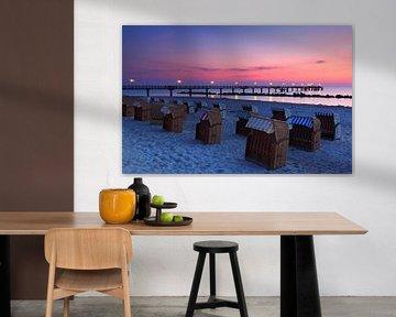Seabridge Wustrow met strandstoelen bij zonsondergang van Frank Herrmann