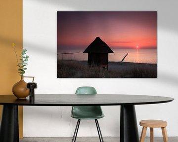 Hütte am Strand im Sonnenuntergang