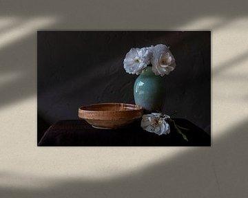 Stilleven met witte rozen in groene vaas van Affect Fotografie