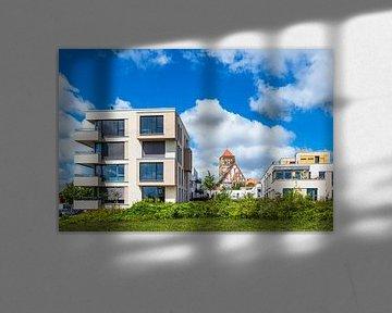 Moderne Gebäude und Nikolaikirche in der Hansestadt Rostock von Rico Ködder