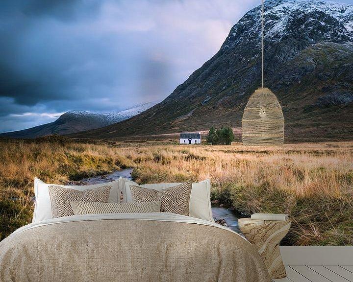 Sfeerimpressie behang: Huisje aan de rivier in Glencoe van Bob Slagter