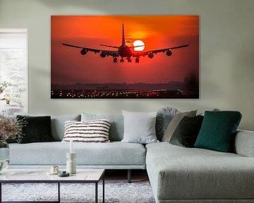 KLM Boeing 747 cargo landt bij zonsopkomst
