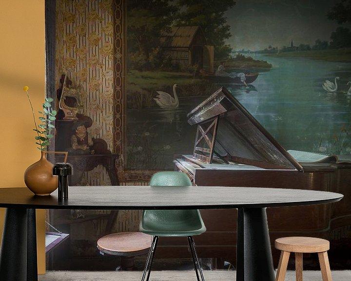 Beispiel fototapete: Klavier im Wohnzimmer voller Antiquitäten von Perry Wiertz