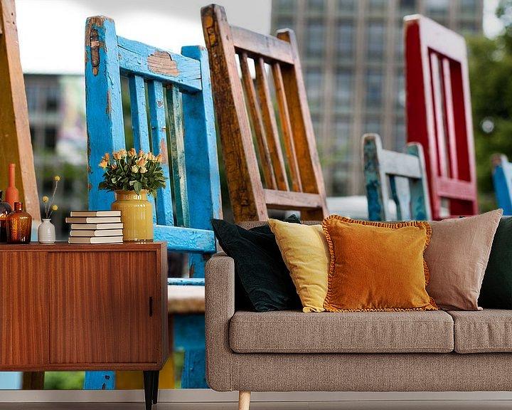 Sfeerimpressie behang: Gekleurde stoelen van Franziska Pfeiffer