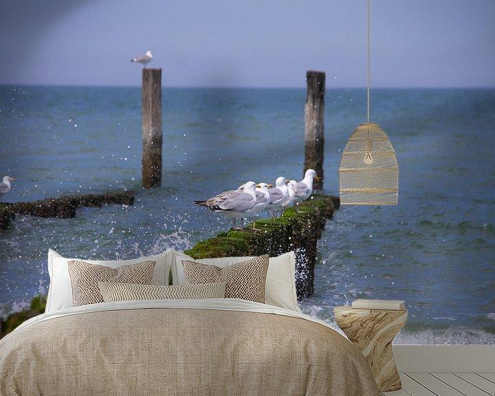 Sfeerimpressie behang: Onrustige zee rustige meeuwen van Marco Leeggangers