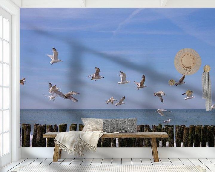 Sfeerimpressie behang: Vliegende zeemeeuwen boven de golfbrekers van Marco Leeggangers