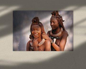 Namibia. Himba-Stamm. Mädchen arrangieren sich gegenseitig die Haare.